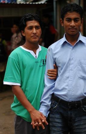 Händchen haltende Männer in Nepal