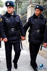 Händchenhaltende azerische Polizisten im Einsatz